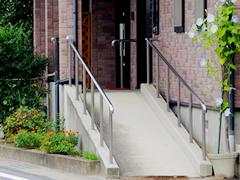 車いすでも楽に移動できる玄関前スロープ