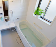 段差を抑え、手すりがついて使いやすいお風呂